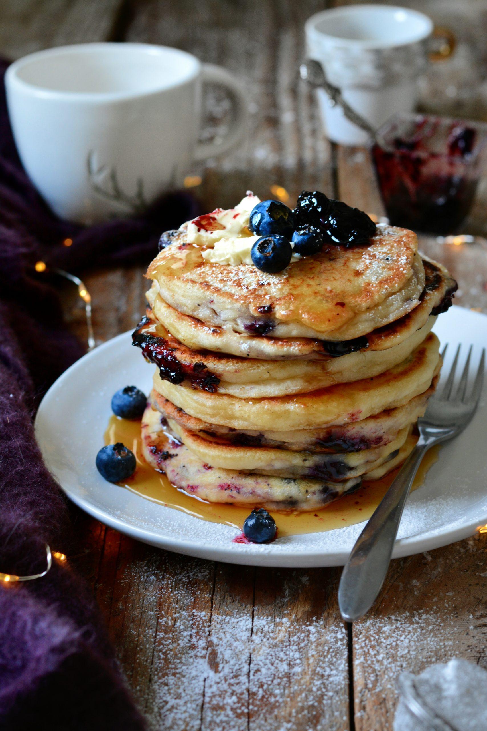 Pancakes Végétaliens Faciles au Yaourt Nature et Myrtilles
