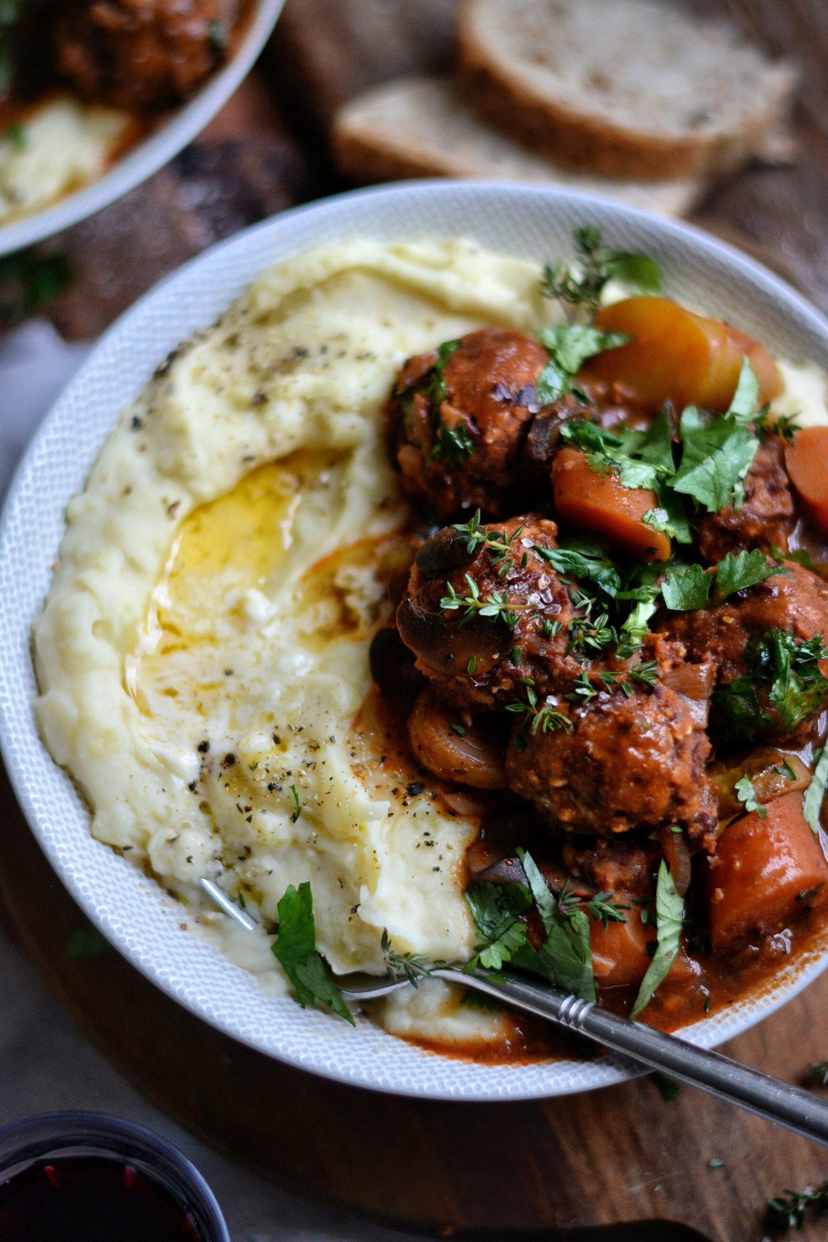 Ragoût Vegan de Légumes au Vin Rouge, Purée et Boulettes Sans Viande / Vegan Vegetables Red Wine Stew, Mashed Potatoes and Meatless Balls