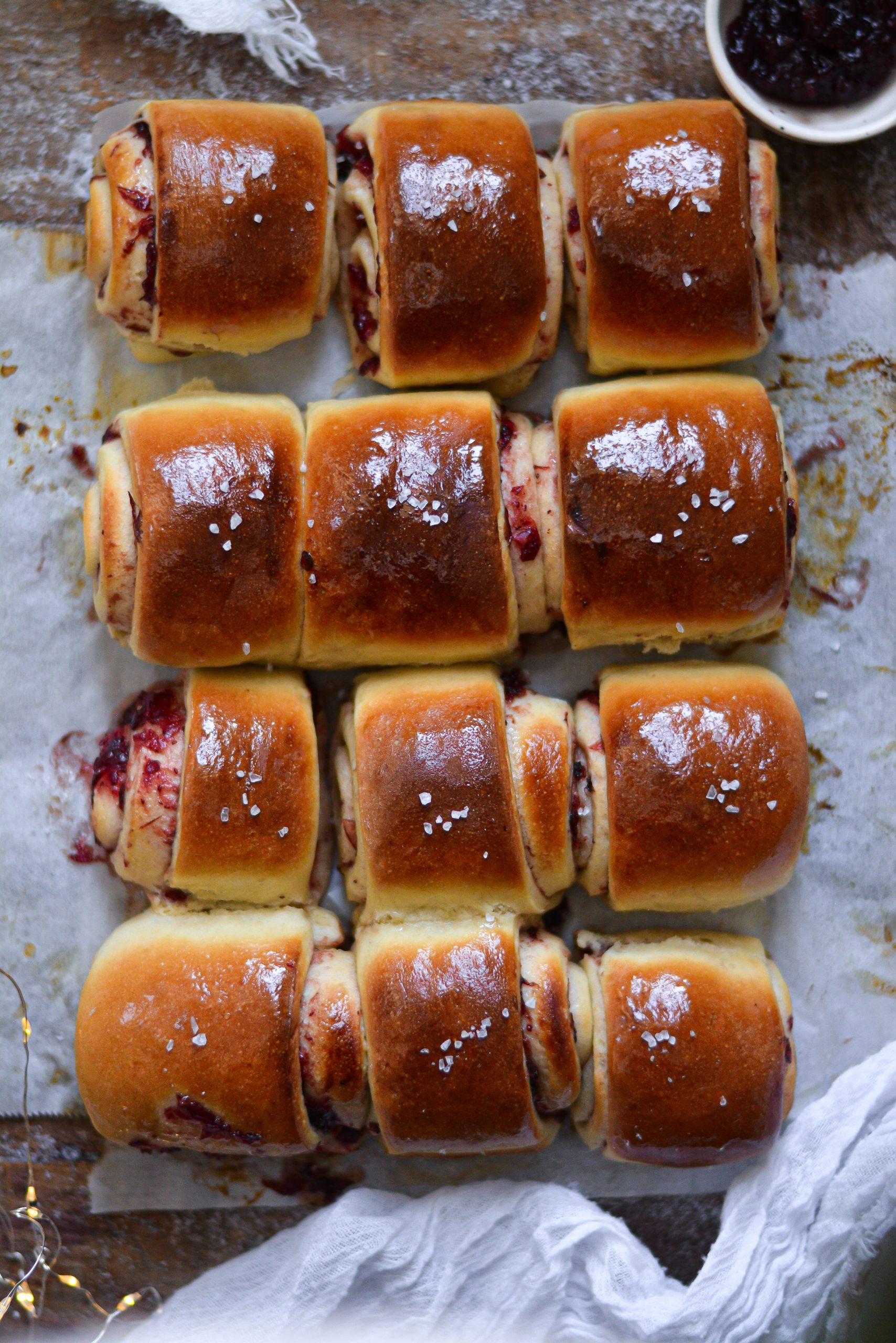 Petits Pains Briochés Roulés Vegan aux Cranberry / Vegan Pull Apart Cranberry Dinner Rolls