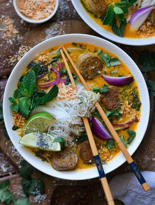 30 Minutes Soupe de Saucisses Vegan et Nouilles Thaï / Vegan Creamy Thaï and Tumeric Sausage Soup